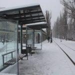 снег на остановке остановка