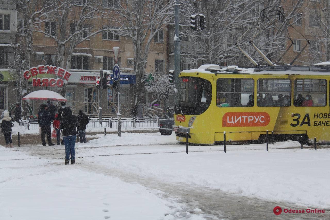 В Одессе мужчина на иномарке «подрезал» трамвай и напал на женщину-водителя