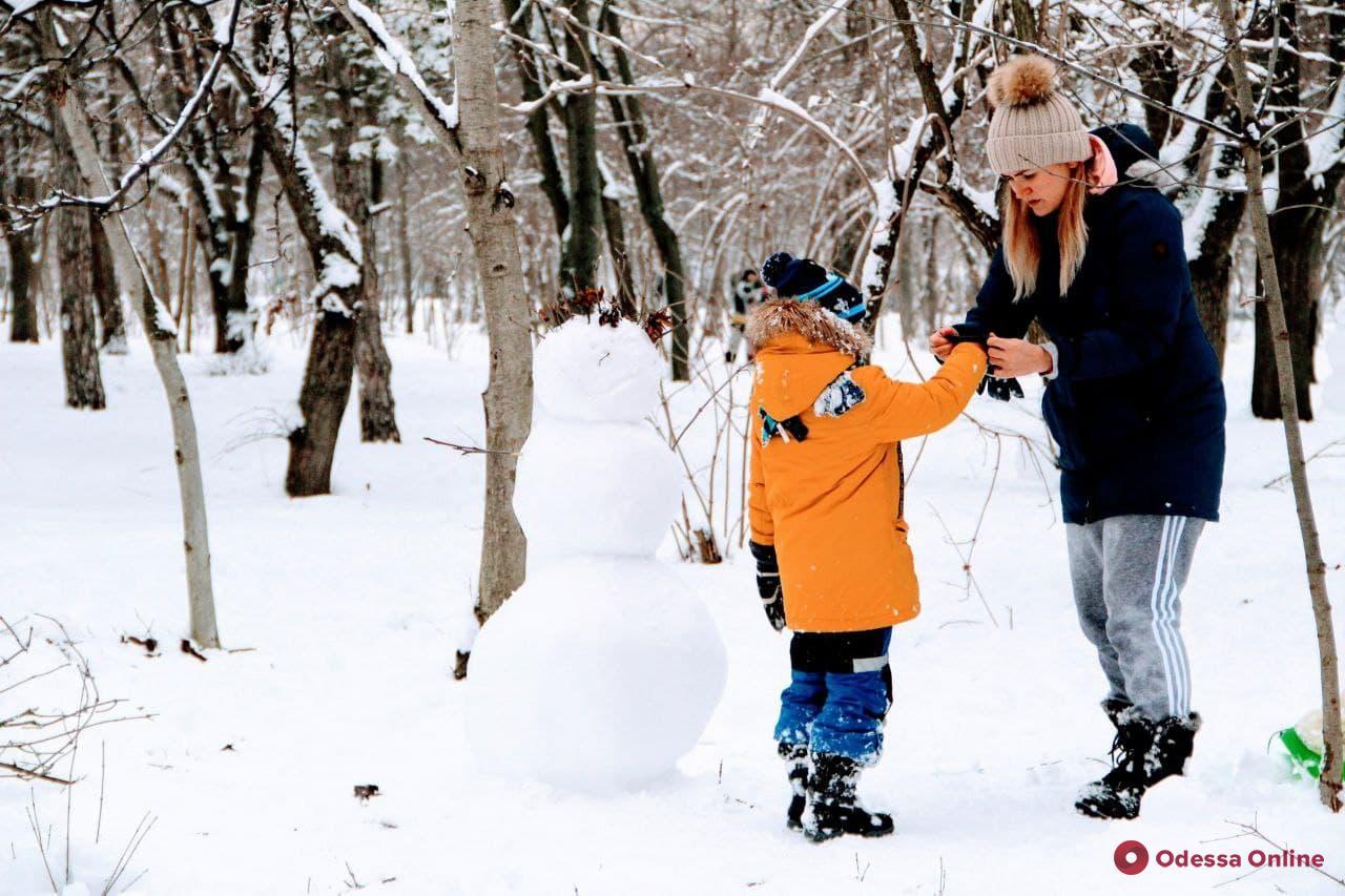 Зима пришла: одесситы лепят снеговиков и катаются на санках (фоторепортаж)
