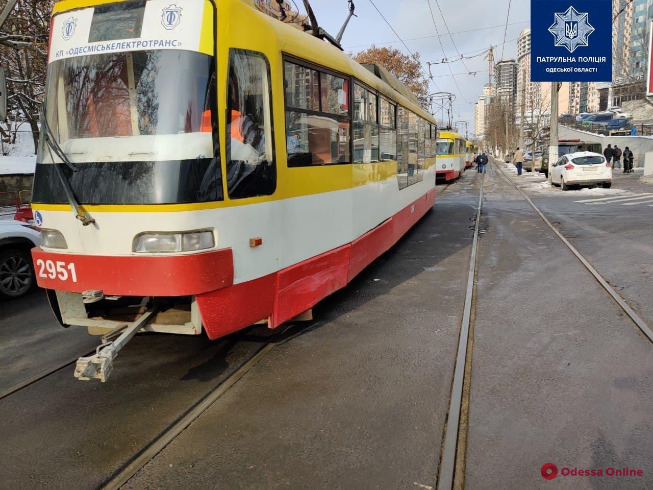 На Генуэзской не поделили дорогу трамвай и Mercedes