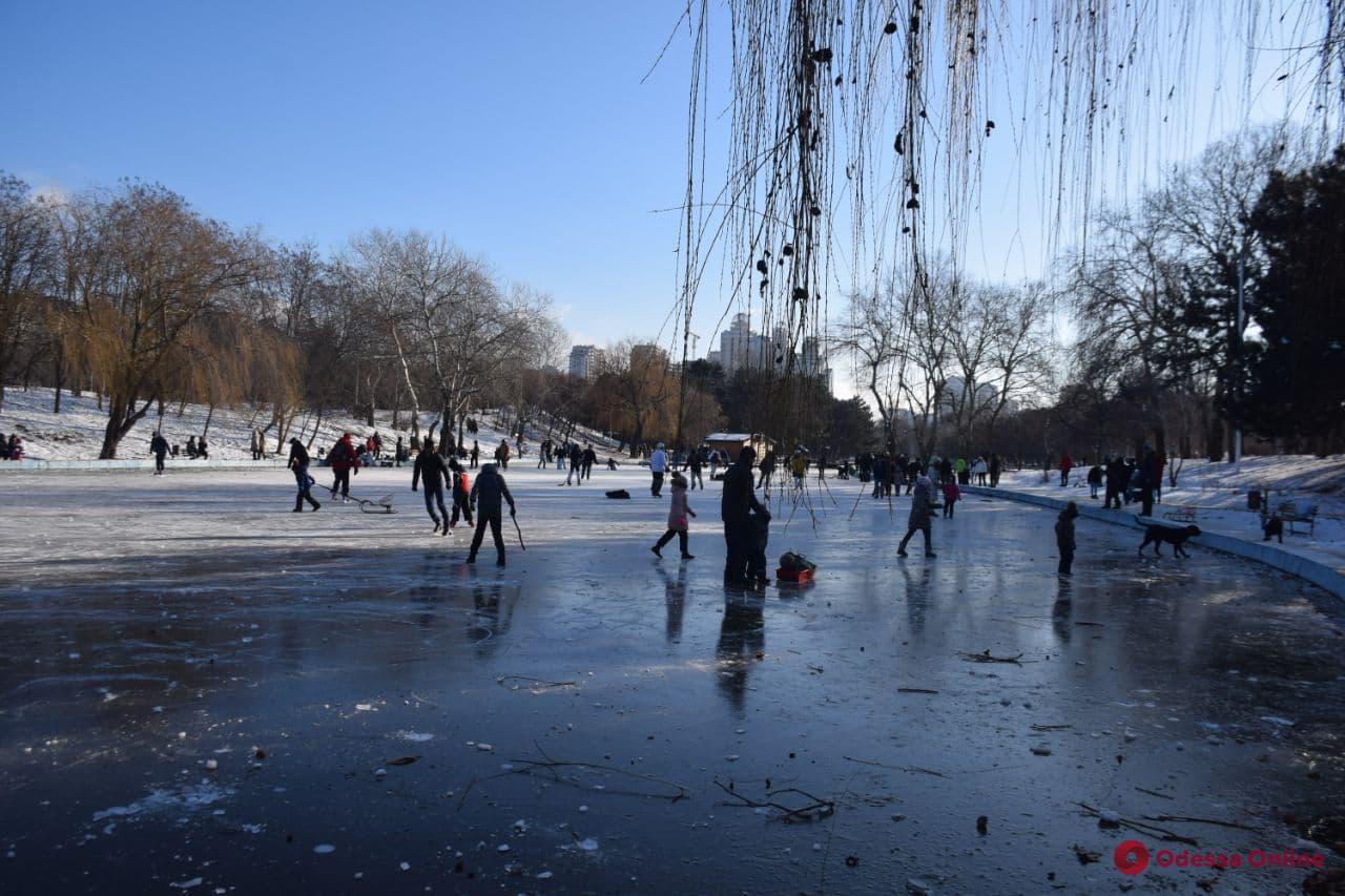 «Покатушки» на пруду в парке Победы: одесситов предупреждают об опасности выхода на лед