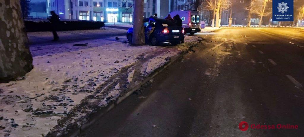 На проспекте Шевченко такси врезалось в дерево – двое пострадавших