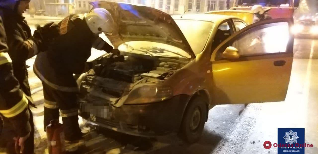 На Леонтовича произошло тройное ДТП — одна из машин загорелась