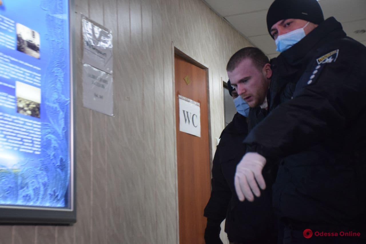 Убийца Даши Лукьяненко порезал себе горло прямо в зале суда (видео, обновляется)