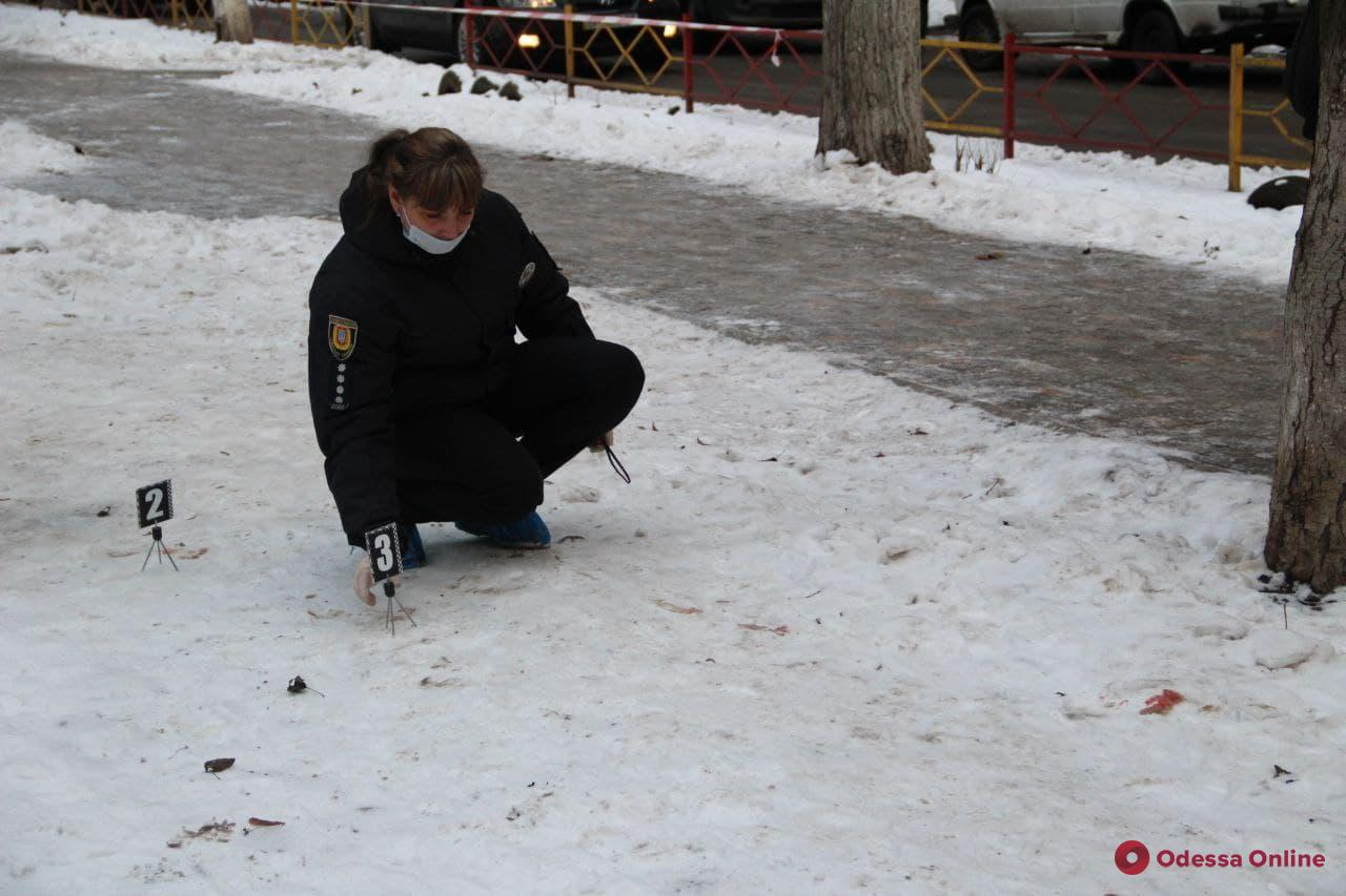 В Одессе мужчина убил двух человек и ходил по улице с отрубленной головой (обновляется)