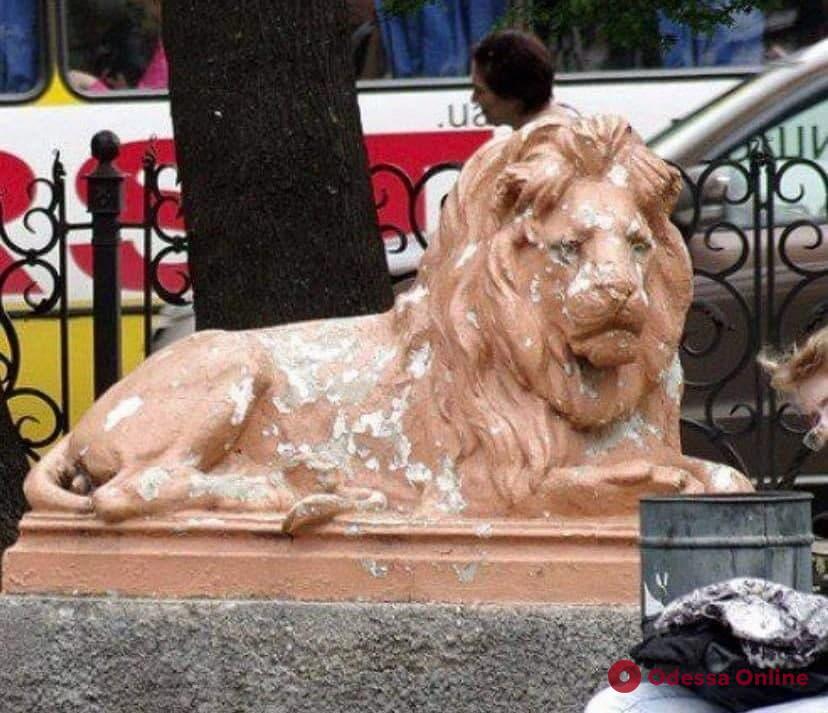 Одесса: скульптуры львов из сквера Пушкина увезли на реставрацию