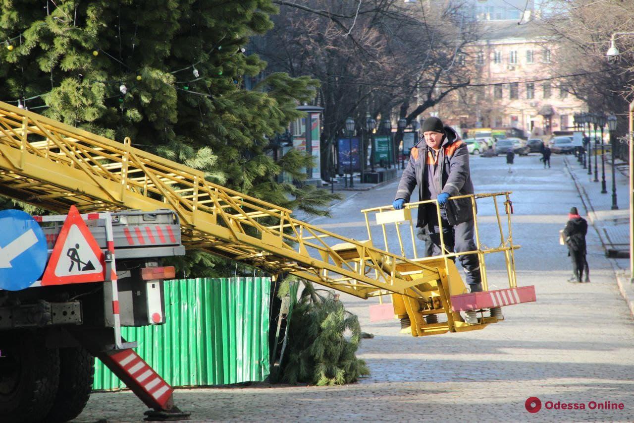 Возле Одесского горсовета разбирают главную елку города