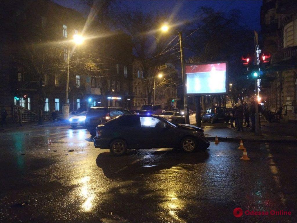 В центре Одессы столкнулись Toyota Prado и Hyundai  — есть пострадавшая
