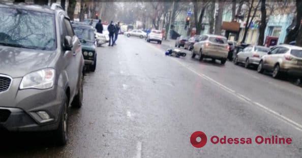 В центре Одессы столкнулись автомобиль и мопед