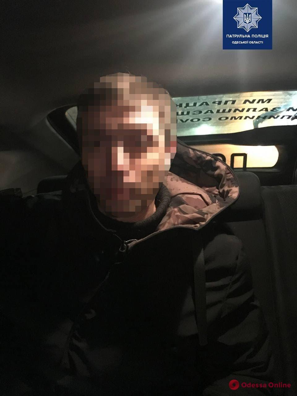 По Одессе разъезжал пьяный вооруженный мужчина — у него нашли наркотики