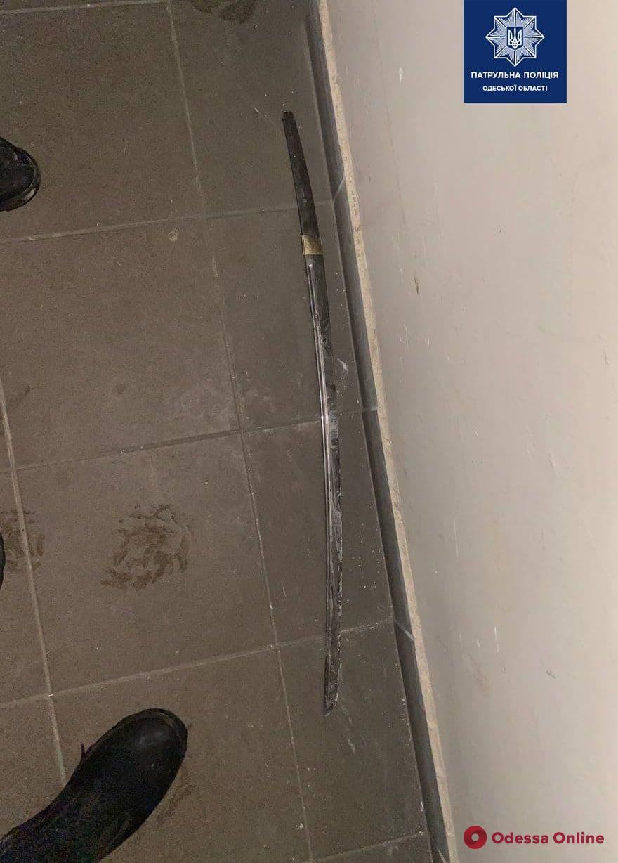 В многоэтажке на Таирова «самурай» под кайфом громил подъезд (фото)