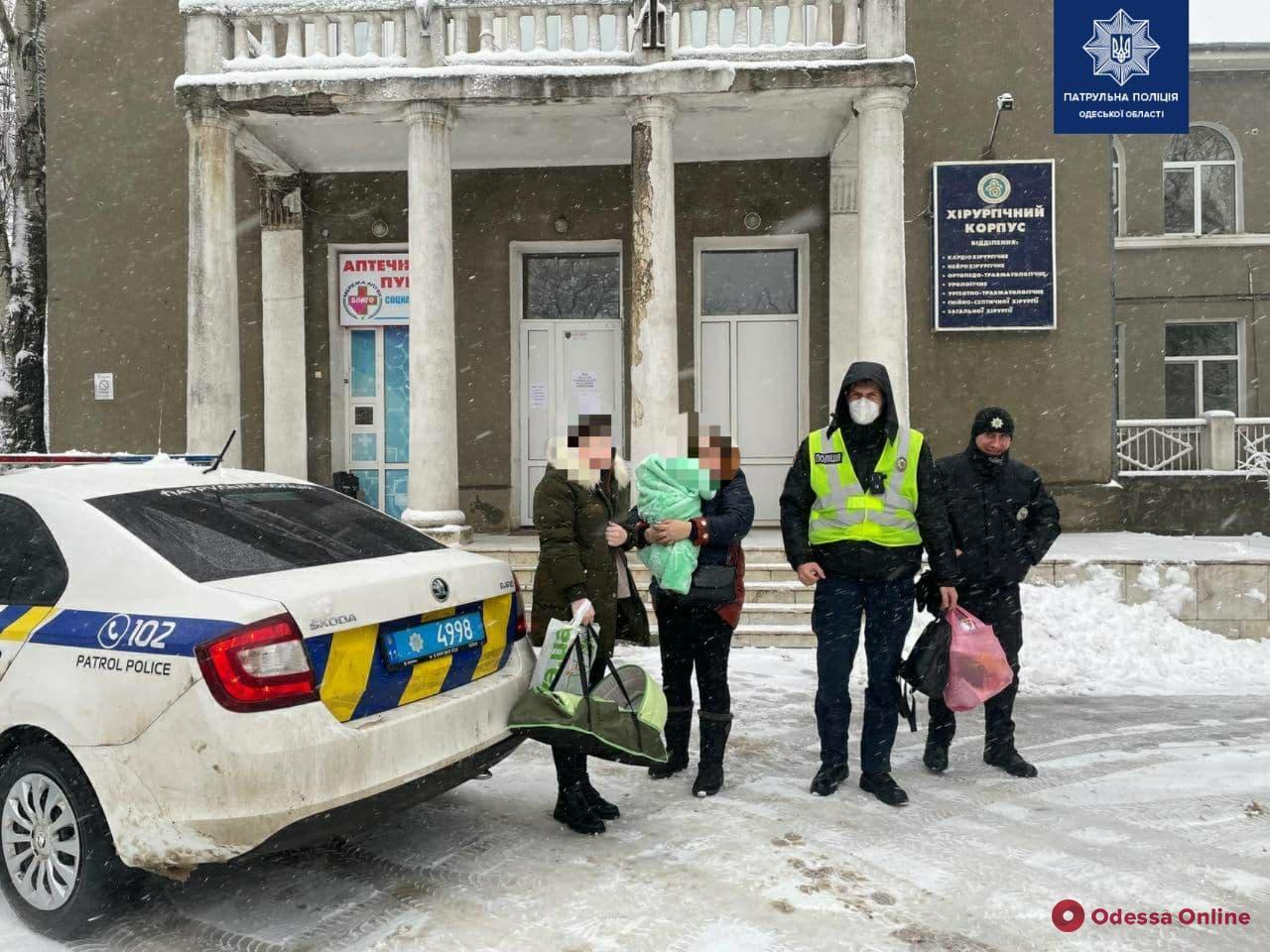 Застряли на трассе из-за ДТП: одесские патрульные доставили в больницу семью с младенцем
