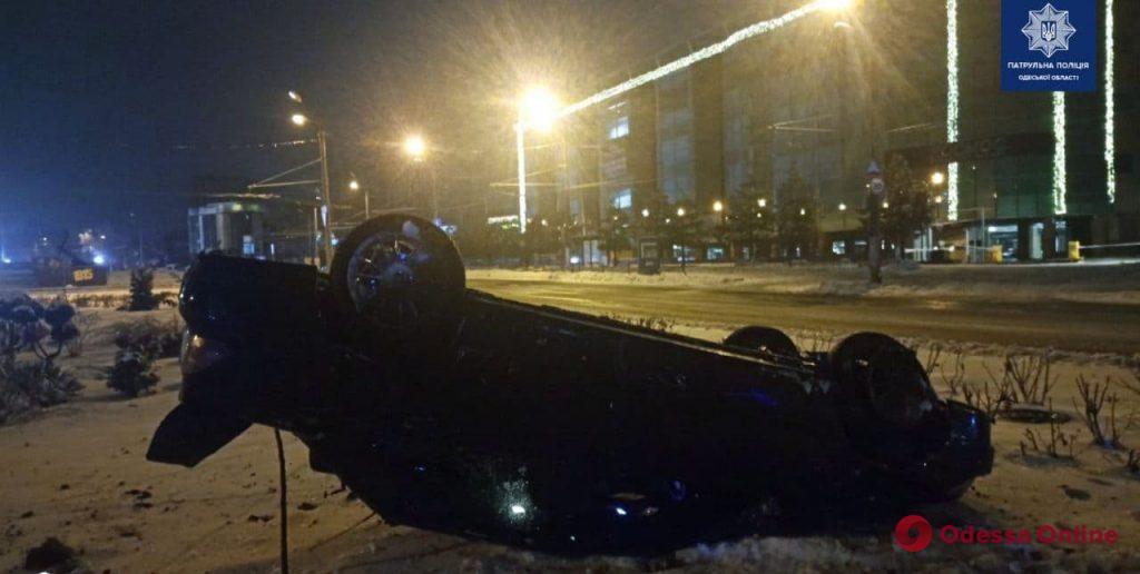 В районе площади 10 Апреля перевернулся автомобиль