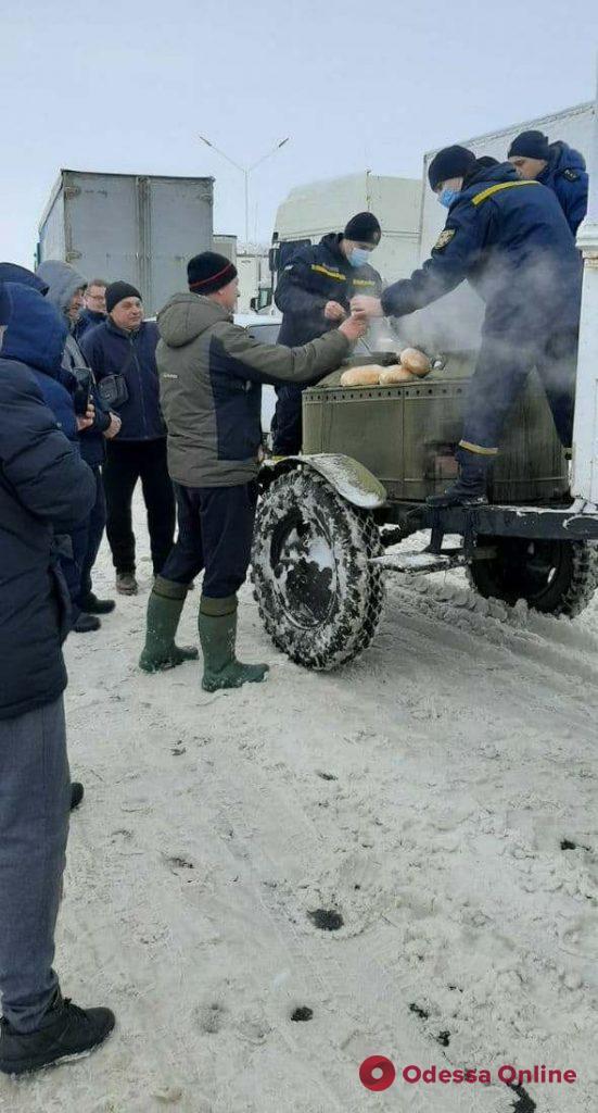 На дорогах области с начала непогоды спасатели освободили из сугробов 805 машин