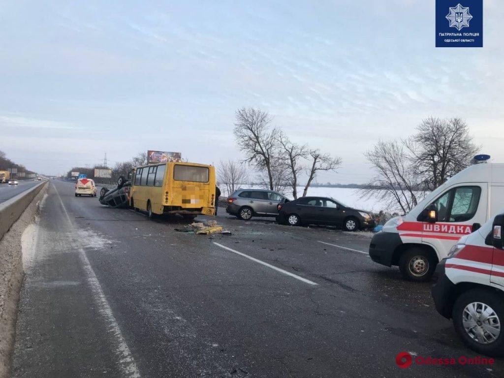 На Киевской трассе под Одессой столкнулись четыре автомобиля (фото)