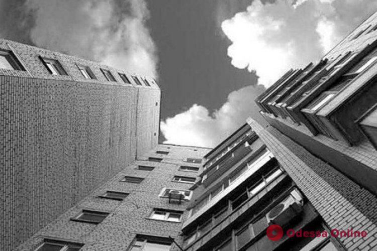 В Одессе мужчина выпрыгнул из окна квартиры на 11-м этаже