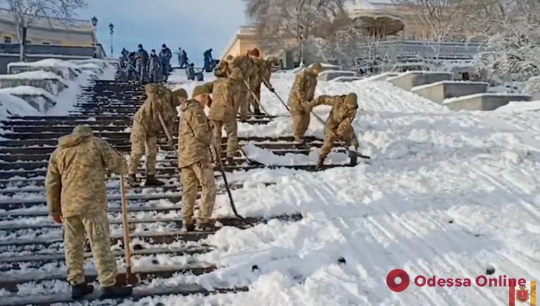В Одессе военнослужащие помогают убирать снег