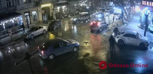 На Екатерининской мопед сбил девушку (видео)
