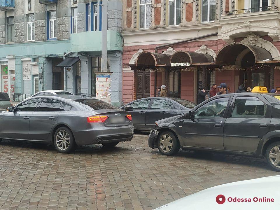 На Пушкинской из-за тройного ДТП заблокировано движение троллейбусов
