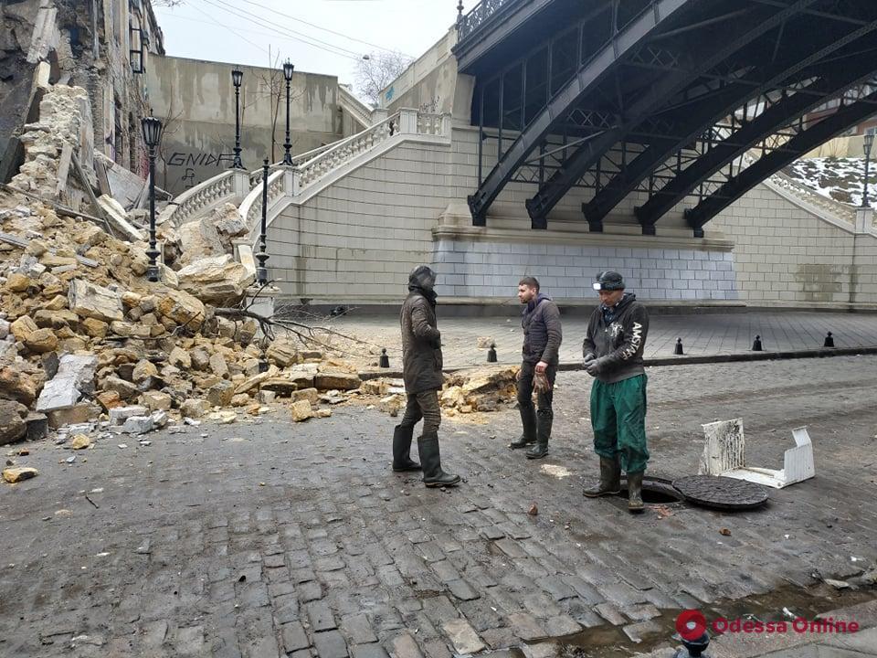 На Деволановском спуске обрушился заброшенный дом (фото)