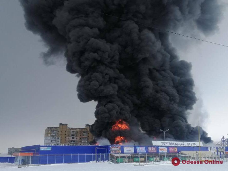 В Николаевской области горит торговый центр «Эпицентр» (фото, видео, обновлено)