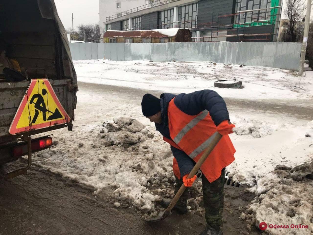 В Одессе дороги от наледи чистят почти 100 единиц спецтехники и свыше 1 890 коммунальщиков