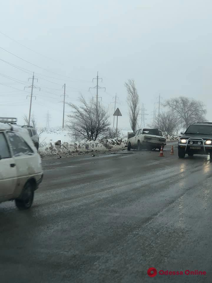 Под Одессой на скользкой дороге произошло серьезное ДТП (фото, видео)