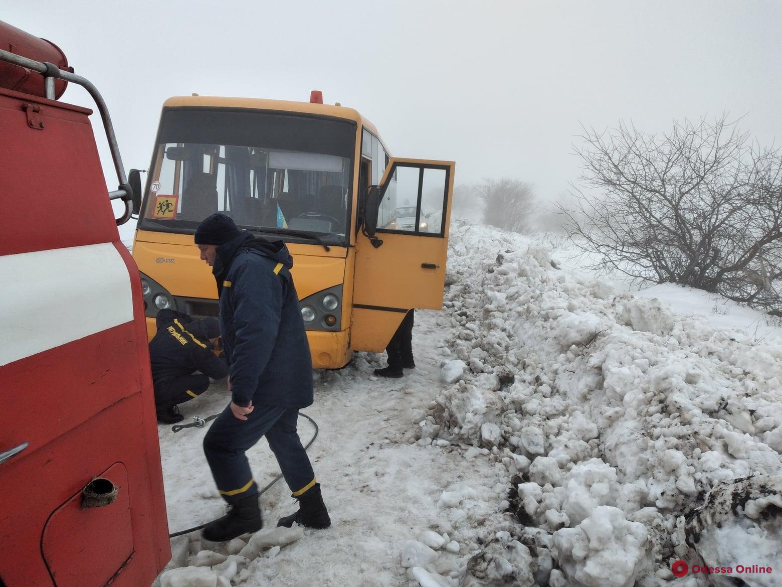 В Одесской области спасатели освободили из снежного плена школьный автобус