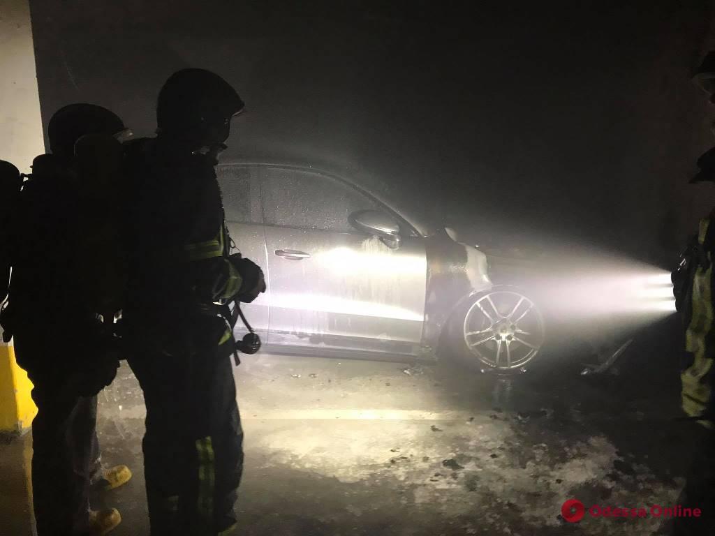 На Фонтане в паркинге высотки тушили загоревшийся Porsche Caуenne