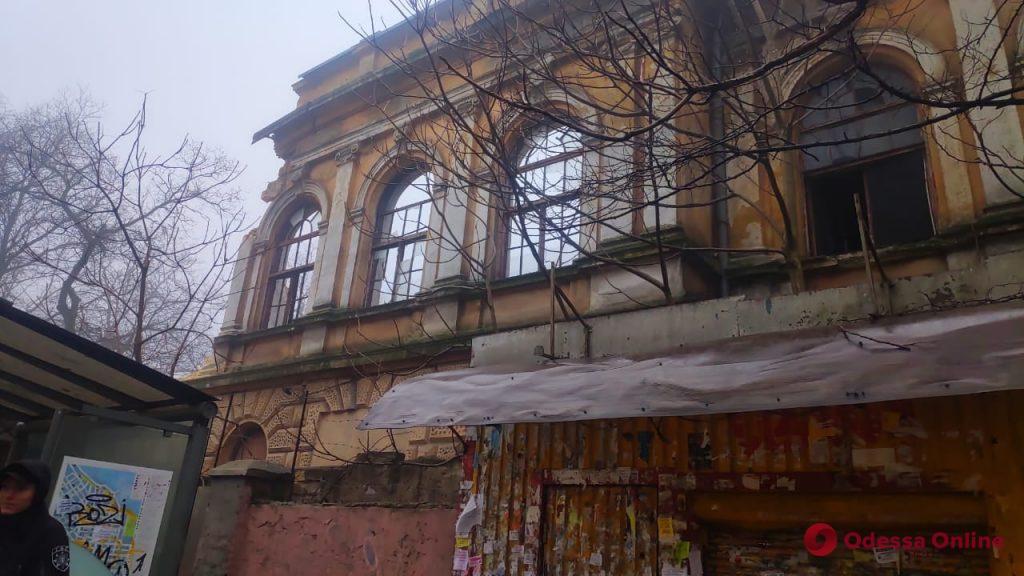 В Одессе ночью рухнуло здание бывшего завода мороженого