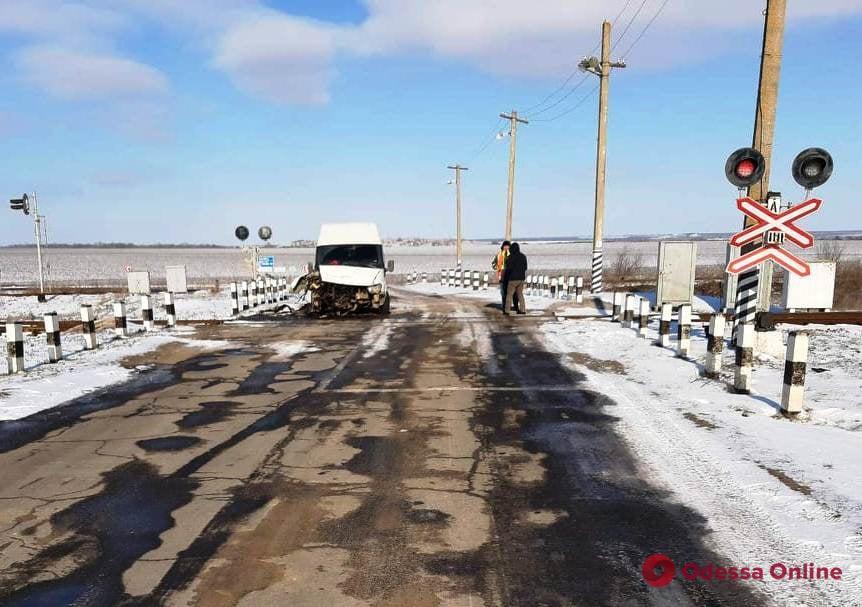 На Одесской железной дороге столкнулись тепловоз и микроавтобус