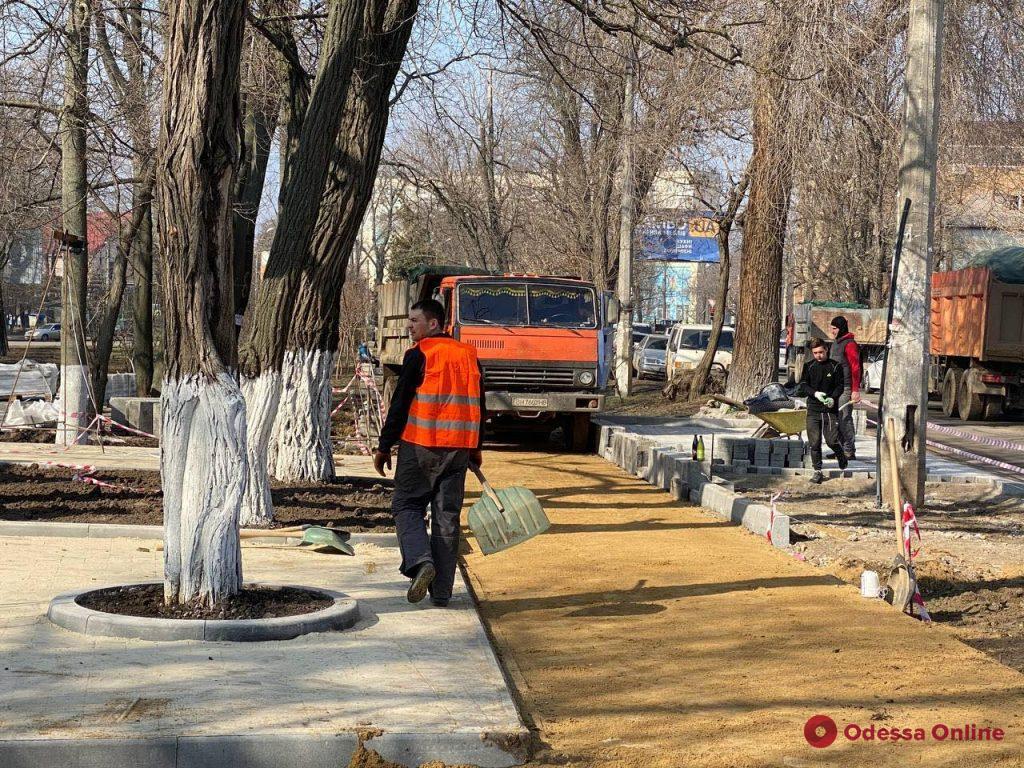 Начали пилить деревья: на Литературной застройщик захватил часть сквера