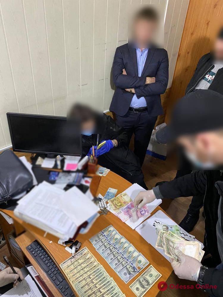 Обещали снять арест с авто: в Одессе госисполнители ответят в суде за взятку