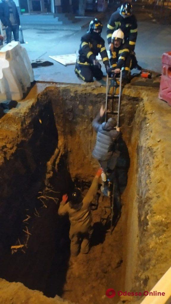 На Черемушках парень угодил в четырехметровую яму
