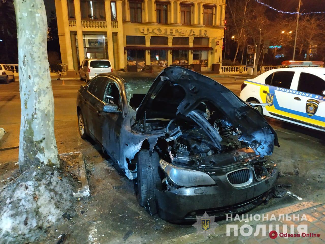 В Черноморске ночью тушили загоревшийся автомобиль (видео, обновлено)