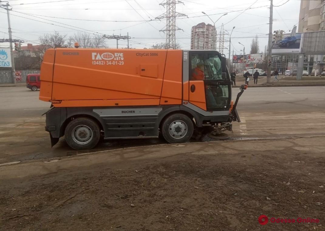 В Одессе дороги очищают от песчано-соляной смеси