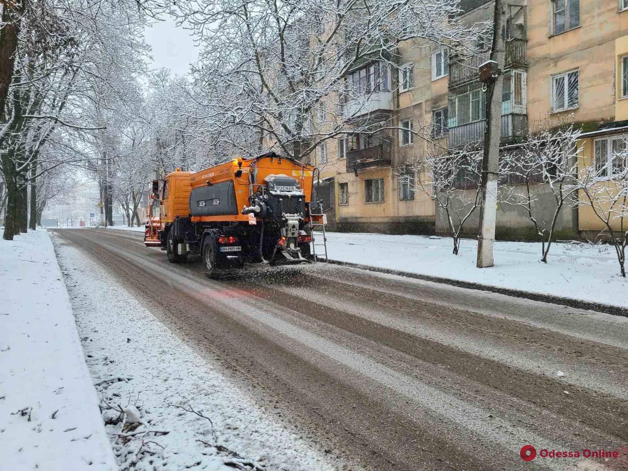 На улицах Одессы работает снегоочистительная техника – водителей просят не оставлять авто вдоль дорог