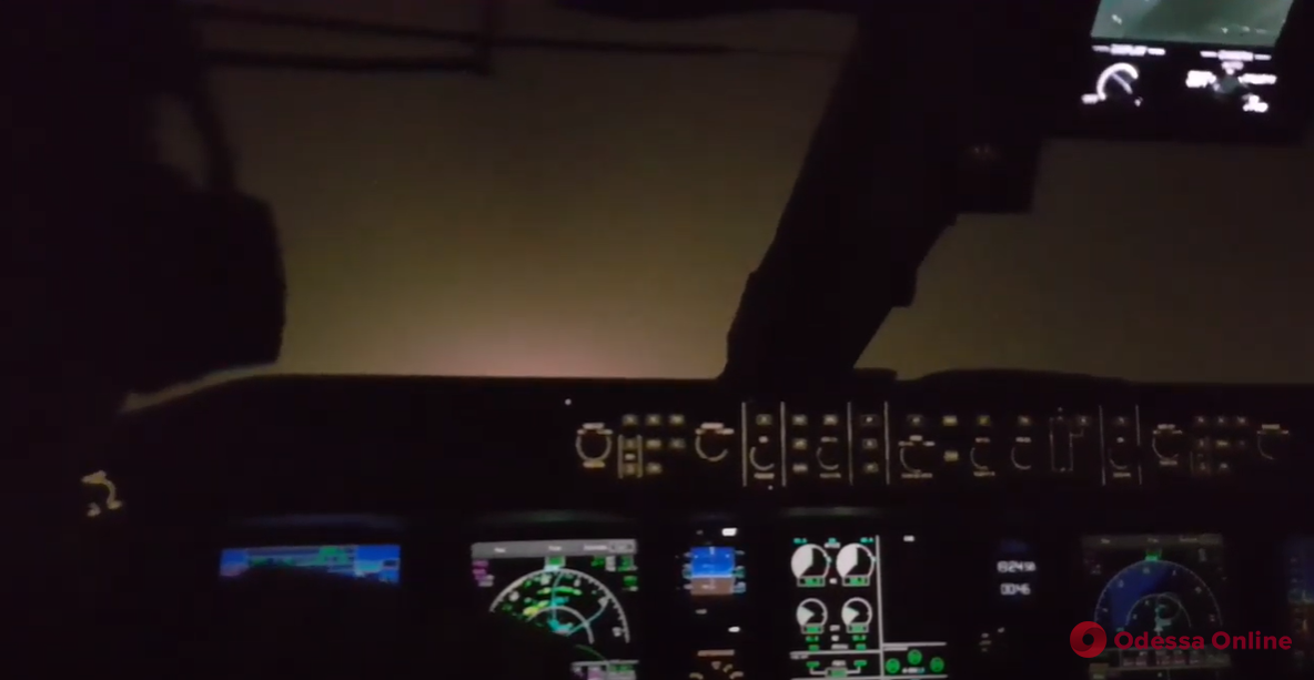 Посадка самолета в Одесском аэропорту в сильный туман: в сети появилось видео из кабины пилотов