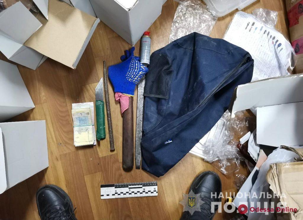 На одесском рынке трое парней пытались выкрасть сейф с крупной суммой денег