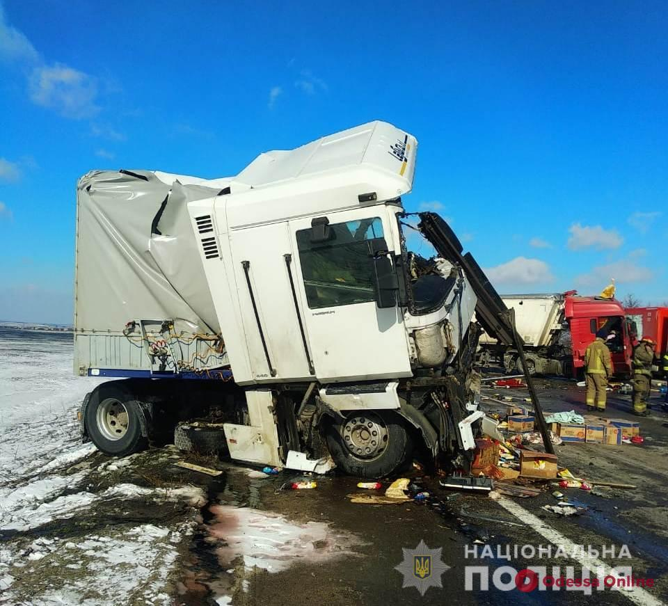 На трассе Одесса-Киев столкнулись два грузовика — водители погибли