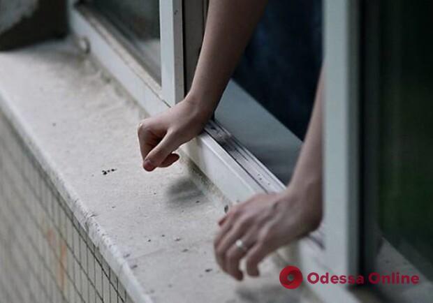 В Черноморске девушка выпала с пятого этажа