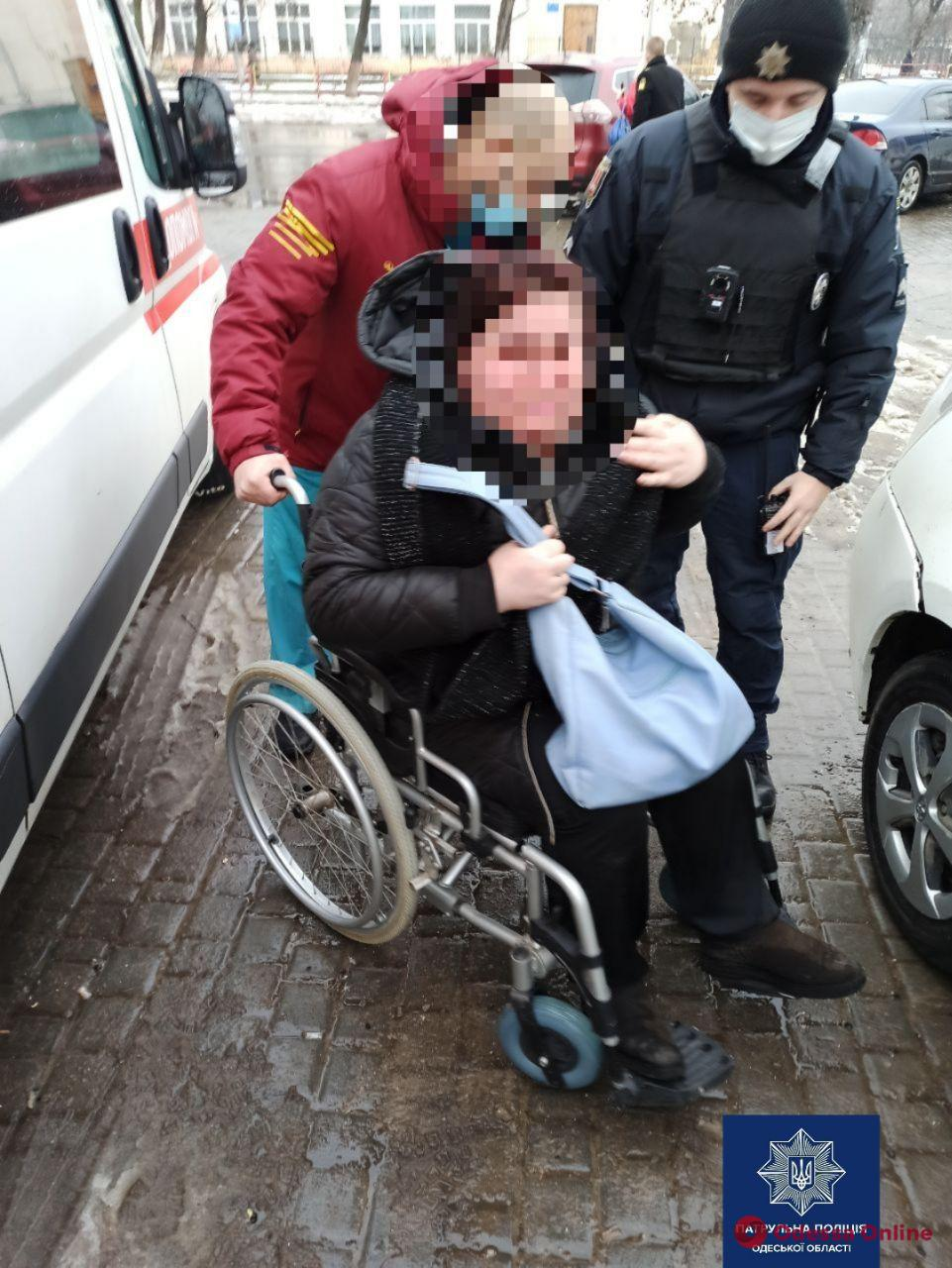 Одесские патрульные помогли женщине, которая травмировала ногу