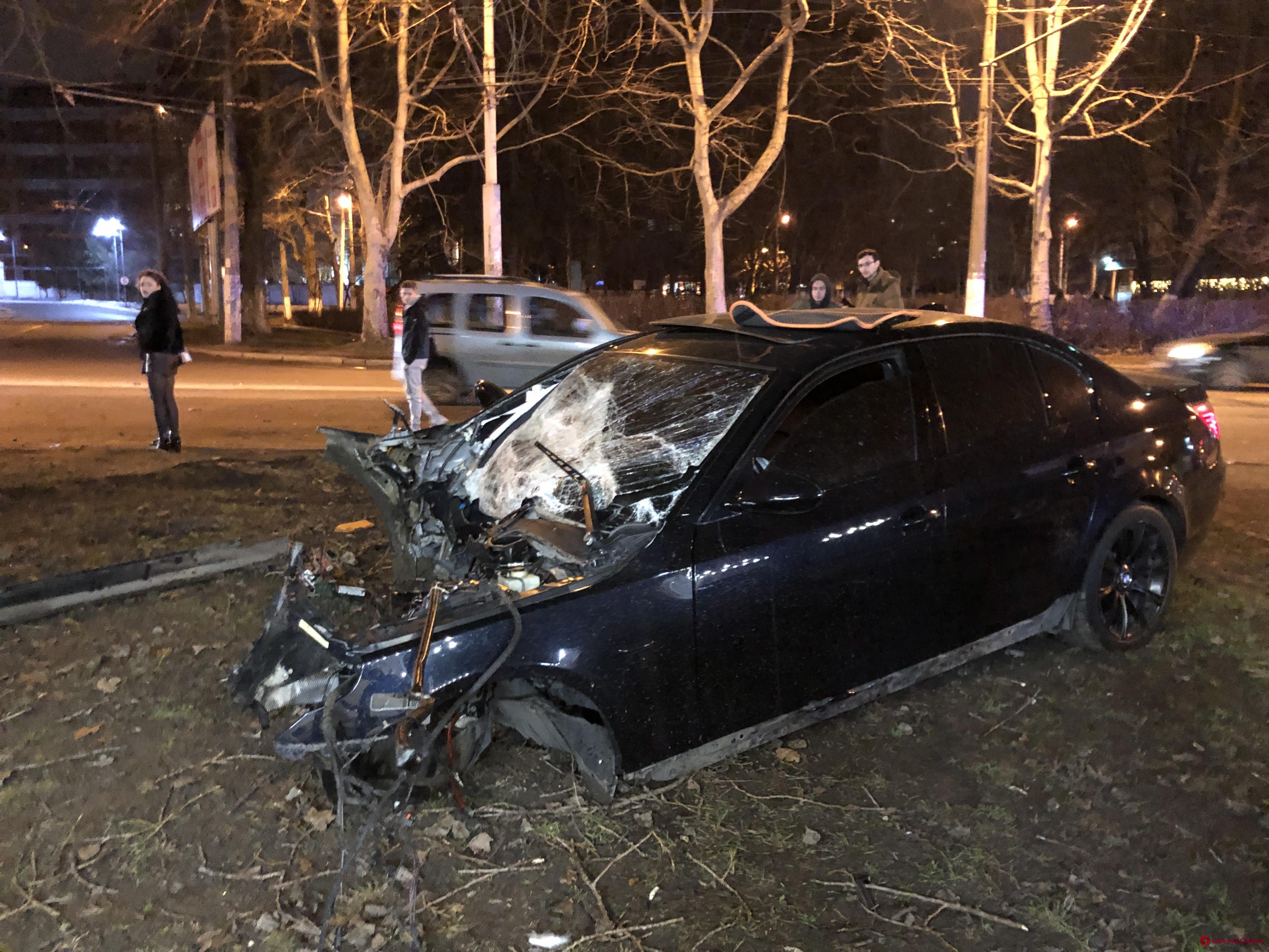На Сегедской BMW врезался в столб и загорелся (фото)