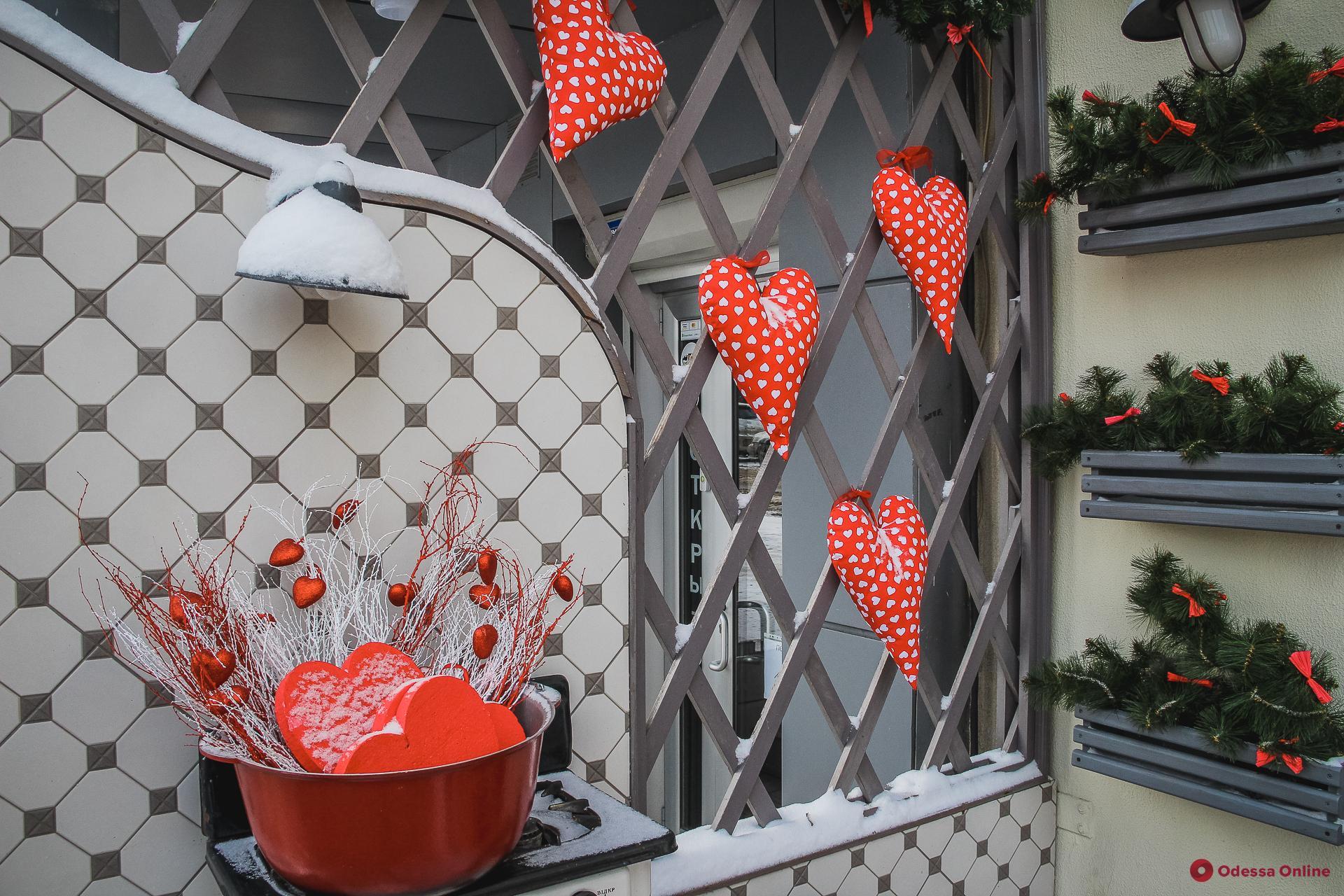 Одессу украсили ко Дню святого Валентина (фоторепортаж)