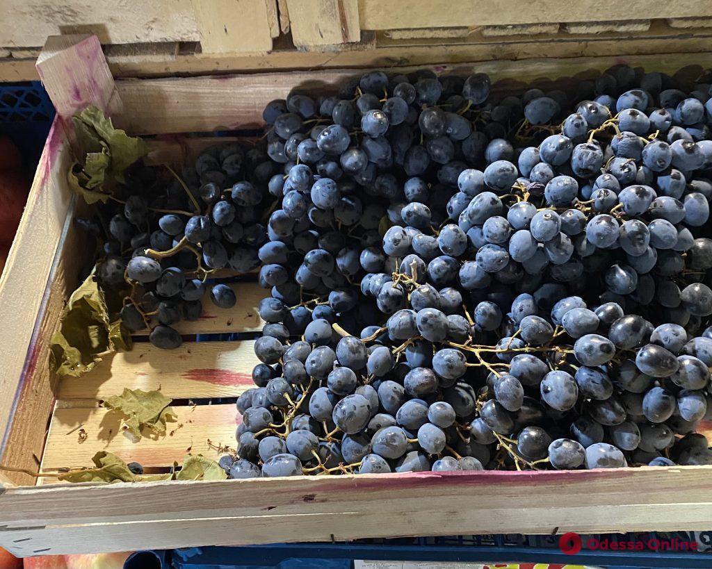 Виноград, щука и творог: воскресные цены на одесском «Привозе»