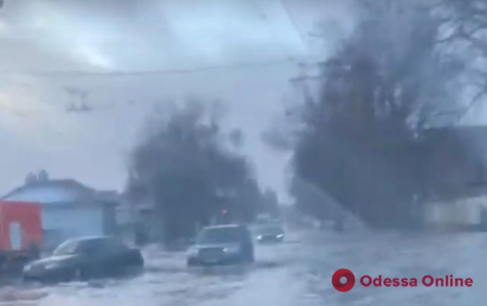 Ночной дождь затопил улицу Химическую (видео)