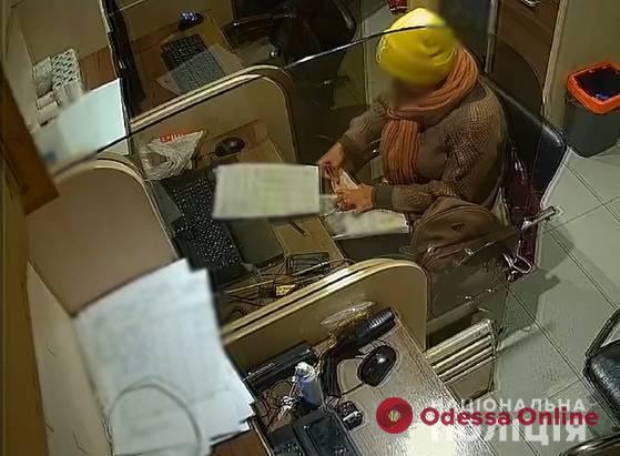 В Одессе поймали стажерку, которая обворовала три кофейни на 30 тысяч