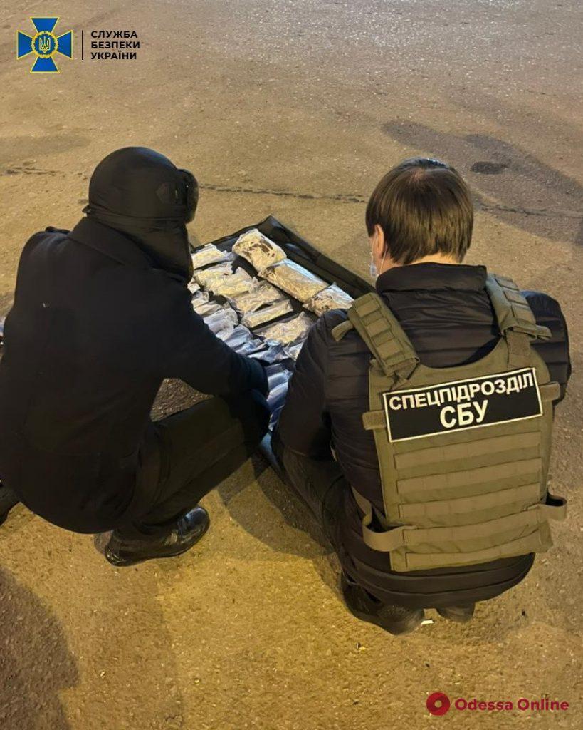 На одесском автовокзале задержали наркокурьера с четырьмя килограммами амфетамина