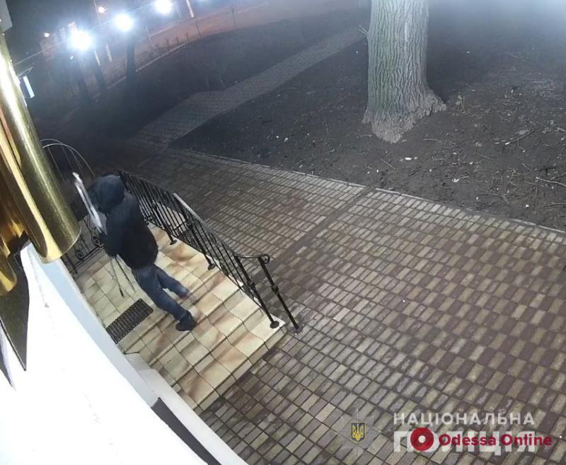 Одессит обчистил магазин оптического оборудования на миллион (фото, видео)