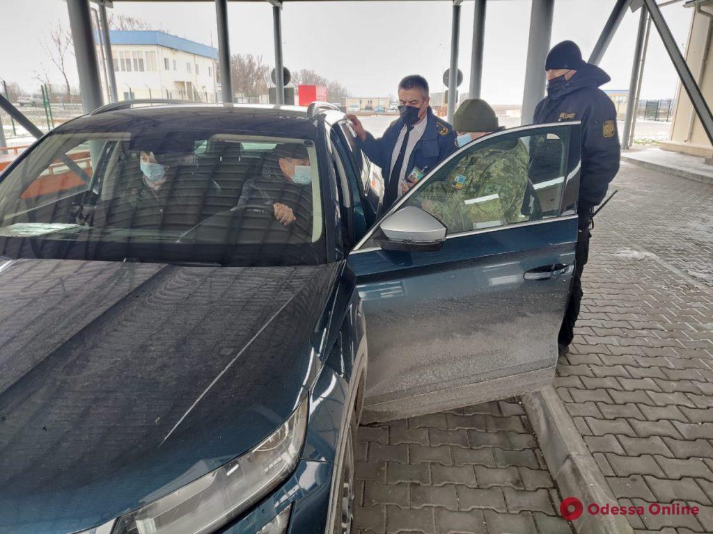 Одесская область: первая легковушка пересекла украинско-румынскую границу через паромную переправу Орловка-Исакча